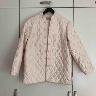 Quiltad jacka från H&M i väldigt fint skick.   - Ljust rosa med cremefärgat spetsmönster (se bild 2) - Fodrad  Hämtas i centrala Göteborg, kan även skickas men då tillkommer kostnad för porto.