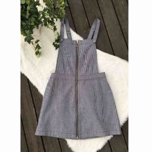 Superfin hängselklänning från H&M. Aldrig använd. Storlek 38. Nypris 300kr. Frakt ingår i priset.