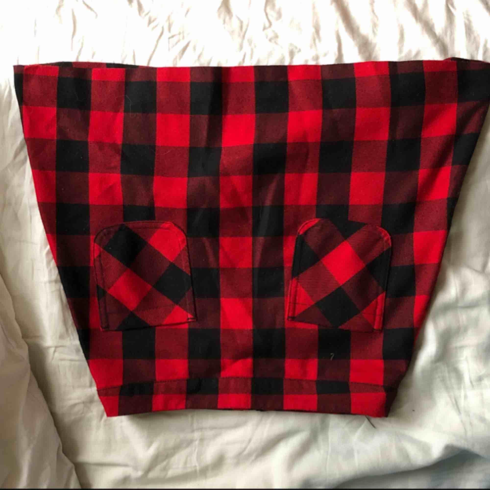 Röd rutig, minikjol i fint skick. Kjolar.