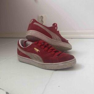 Röda puma sneakers, storlek 39. Lite smutsiga men går lätt att tvätta bort🥰