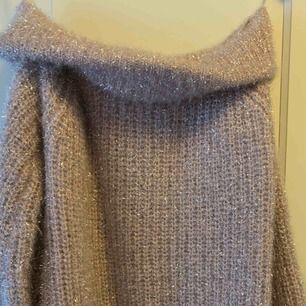 Glittrig stickad tröja med axel som hänger. Använd 1 gång  Storlek xs