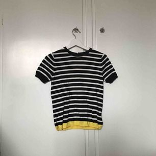 Randig t-shirt i lite tjockare material. Använd men i gott skick. Fler bilder kan skickas om intresse finns. Frakt tillkommer. ☀️