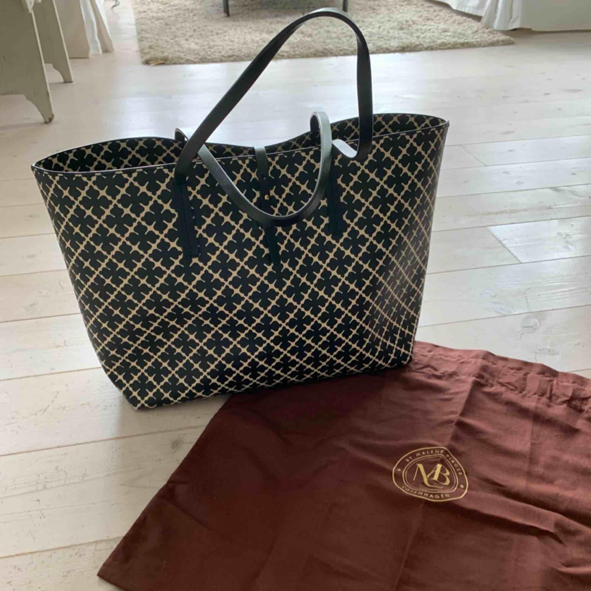 Malene Birger shopper väska, använt ett fåtal gånger. Utmärkt skick. Tillhörande clutch medföljer samt väskans dustbag.  48x28cm Nypris: 2300kr. Priset kan diskuteras vid snabb affär!! Frakten kostar 140kr . Väskor.