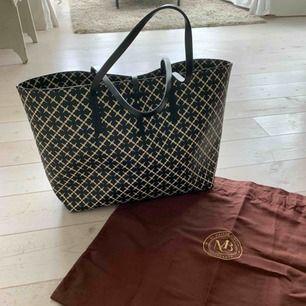 Malene Birger shopper väska, använt ett fåtal gånger. Utmärkt skick. Tillhörande clutch medföljer samt väskans dustbag.  48x28cm Nypris: 2300kr. Priset kan diskuteras vid snabb affär!! Frakten kostar 140kr