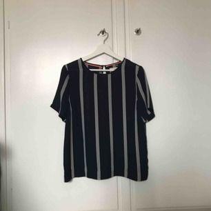 En blå och vit randig t-shirt i blusmaterial. Sparsamt använd så i väldigt bra skick. Fler bilder kan skickas om intresse finns. Frakt tillkommer ☀️