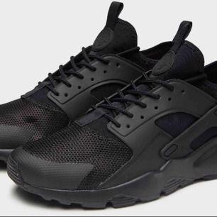 nytt skick Nike Huarache skor! Jag säljer dem eftersom jag nyligen köpte nya skor och inte längre behöver dem.