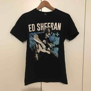 Konserttröja från Ed Sheerans konsert 2018. Säljer eftersom den är för liten. Använd men fortfarande i gott skick. Storlek S. Kan skickas eller mötas upp i Lund