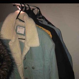 Blå manchester jacka från Asos, passar mig som brukar ha S