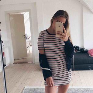 Denna fina klänning köpte jag något år sedan på Forever 21 i Los Angeles. Finns tyvärr inte längre i butik. Sparsamt använd och fortfarande i gott skick!