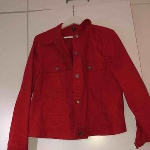 Röd jeans jacka ifrån H&M, använd ett fåtal ggr och ser ut som ny.