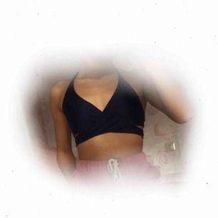 Mörkblå cross over bikiniöverdel, passar M 99:- inkl. frakt  Aldrig använd pga stor i storleken