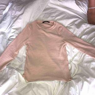 En fin rosa tajt ribbad tröja!💗💗 (bild 2, smuts på spegeln inte på tröjan)