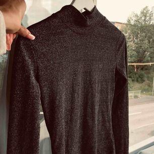 Glittrig polo tröja