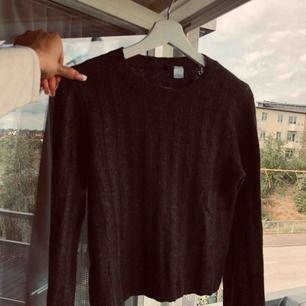 Mörk grå stickad tröja