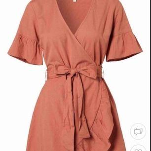 Jättefin omlottklänning med bälte i midjan🧡 Klänningen är i storlek 38. Endast använd 1 gång. Nypris: 349kr Köparen står för frakten💕