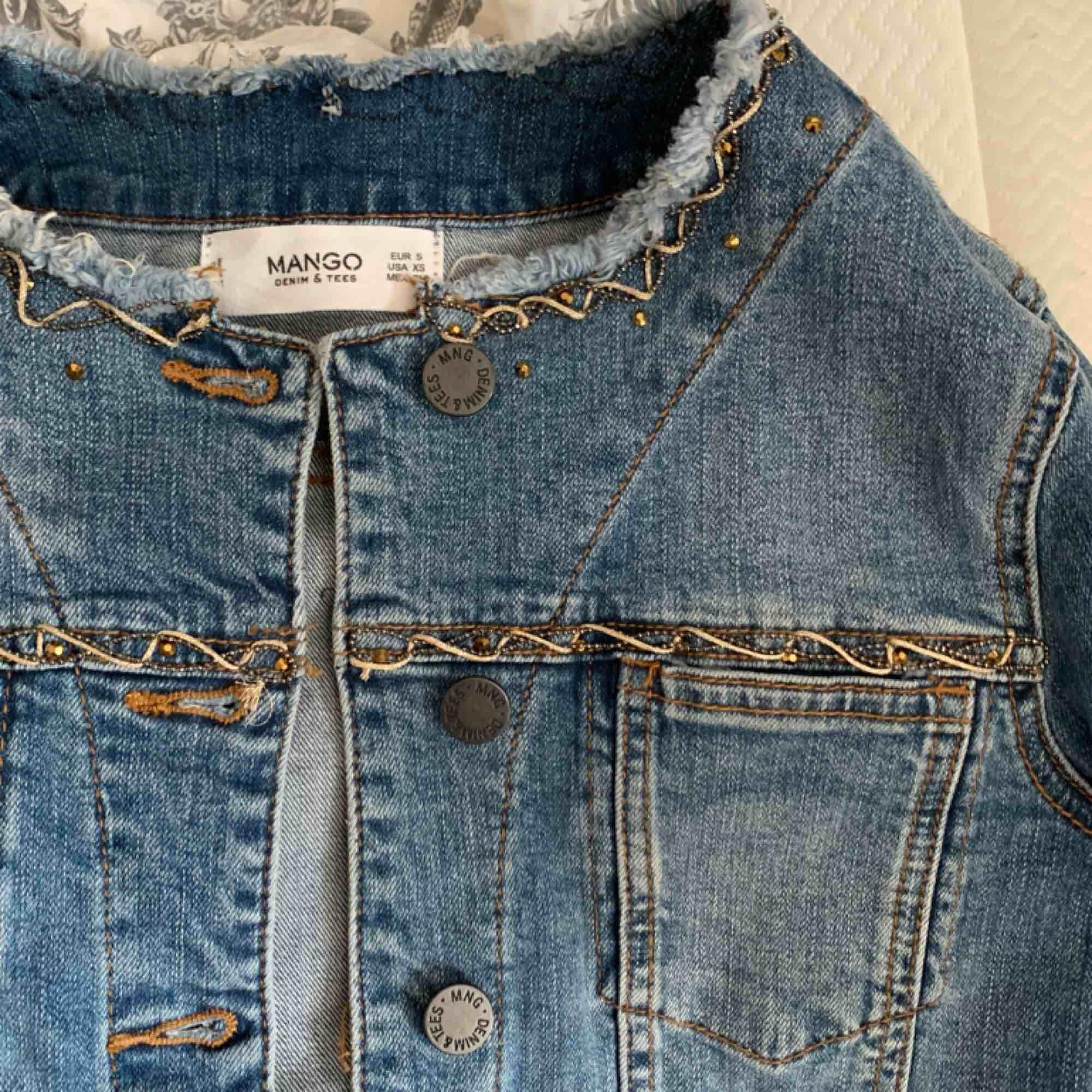 Cool jeansjacka från mango! Snygga detaljer som gör jackan lite mer speciell😇 använd en gång, köparen står för frakt . Jackor.