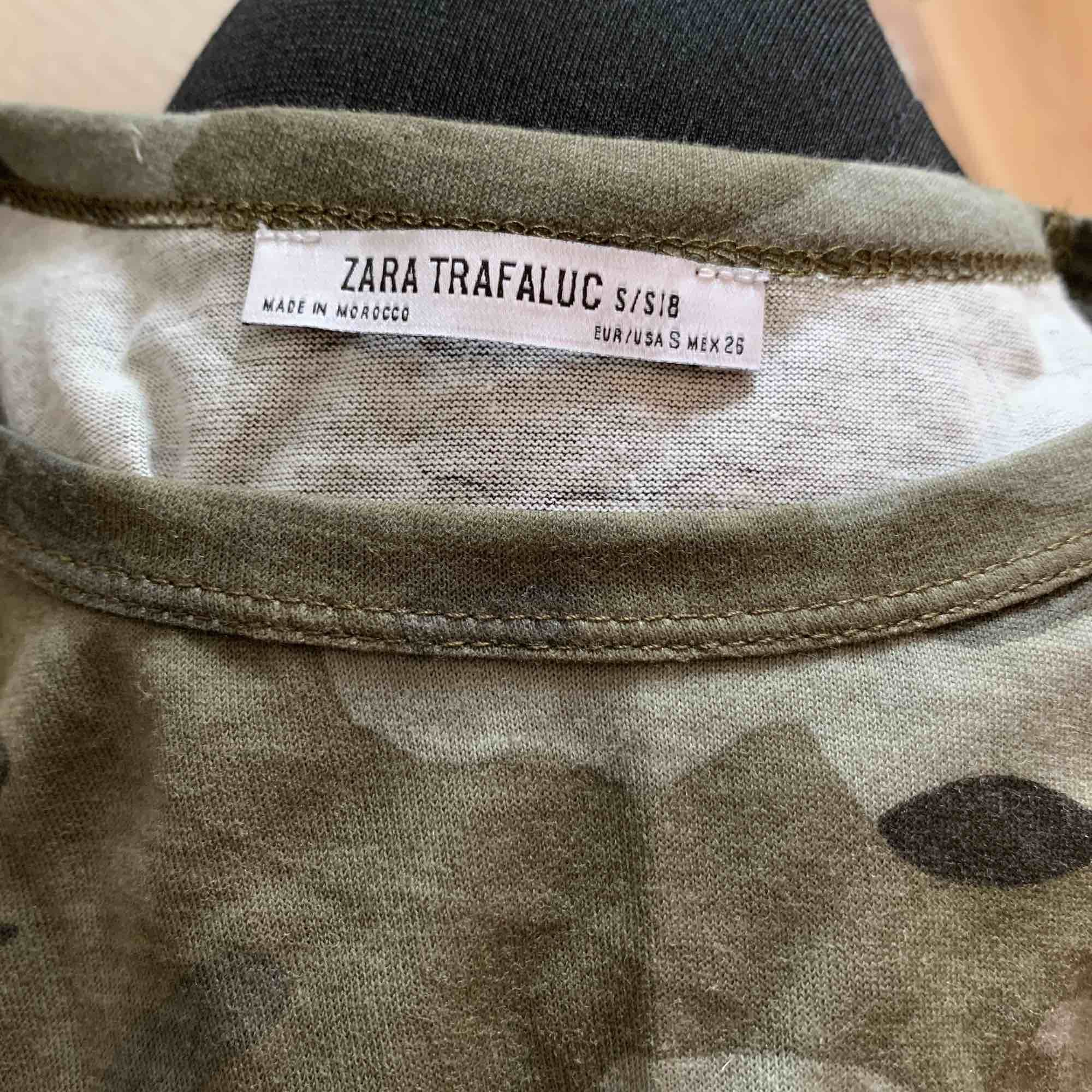 Snygg t shirt från zara som går att matcha till allt!! Enkel att klä upp💛 använd fåtal ggr, köparen står för frakten. T-shirts.