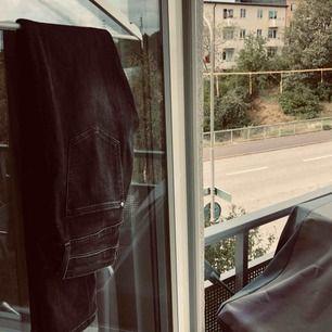 Gråa jeans i en låg modell! Super fin färg