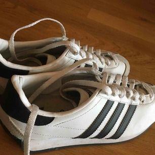 fina vita adidas skor i strl 36, sparsamt använda! kan hämtas upp hemma hos mig eller träffas i sthlm :) pris prutbart, som alltid :))