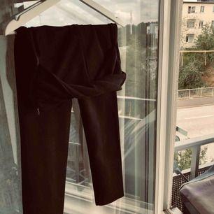 Super fina byxor i mocka liknande material! Mjuka, bekväma med en snygg detalj på framsidan från Zara