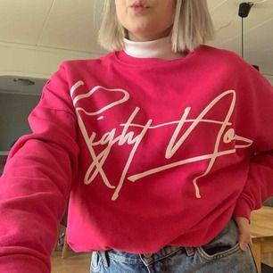 Säljer denna tröja då den tyvärr aldrig används. Den är i väldigt bra skick då den bara är testad därav priset. Den är i en väldigt fin rosa färg och den är väldigt skön då den har flice på insidan. Du står för frakt