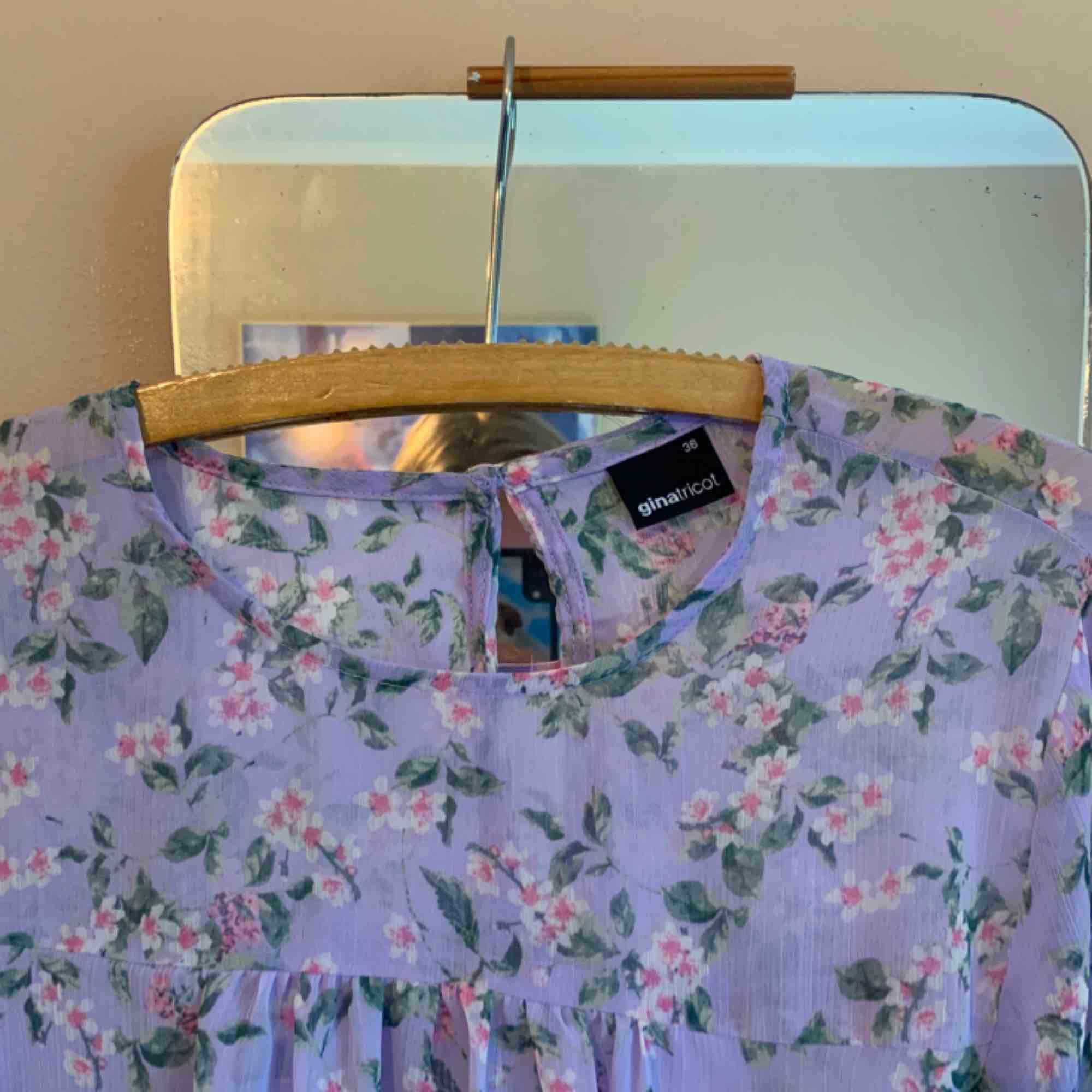 Supersöt blus i lila nyanser💜 från Ginatricot, använd högst 3 gånger! Frakt tillkommer💌. Blusar.