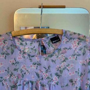 Supersöt blus i lila nyanser💜 från Ginatricot, använd högst 3 gånger! Frakt tillkommer💌