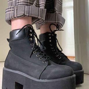 Jättecoola chunky heels, helt oanvända pga försmå! Dom är lite dammiga, annars felfria. Skulle rekommendera dem till en 37a + en mjuk sula då de är rätt hårda! Fynda fynda