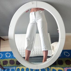 Vita 3 kvarts byxor med lösa kanter vid midian och I slutet av byxbenen. Superfina att ha på sommaren då tyget är ganska tunt.  Möts upp i Malmö eller fraktar.