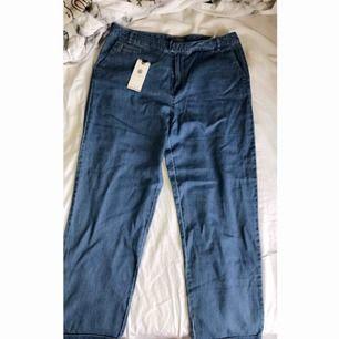 Helt oanvända Tommy Hilfiger jeans, prislapp kvar. Tighta byxor som är ganska tunna, passar bäst till sommar & vår.