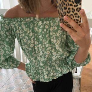 (OANVÄND) absolut SÖTASTE gröna blusen med blommor från bikbok, storlek xs, 90kr