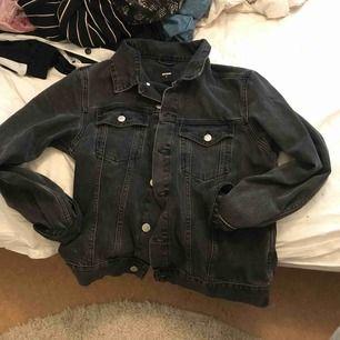 Säljer en jeansjacka från bikbok som är inköpt för ett år sedan. Använd ett fåtal gånger så den är forfarande i nästan nytt skick. Inköpt för ca 500kr. Köparen står för frakt.