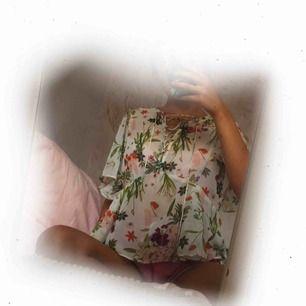 ♡ Blommig blus från Bikbok ♡ 59:-  inkl. frakt ♡ Knytbar vid bröstet