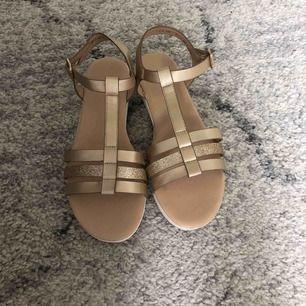 Sandaler köpta från deichmann förra året använda bara ett fåtal gånger