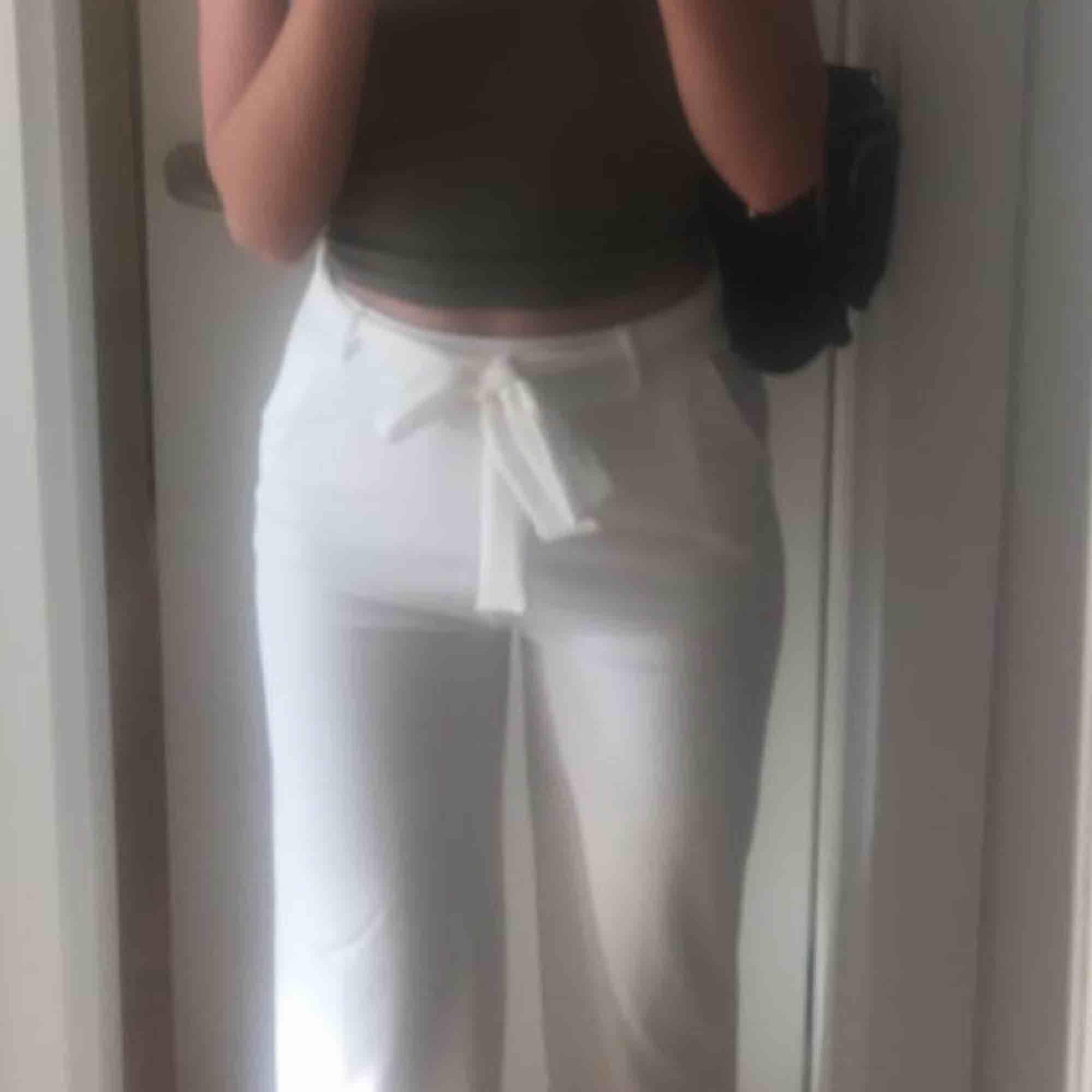 Vida vita byxor från Nelly med snörning i midjan! Supersnygga och enkla att klä upp🤩 jag är ca 169cm lång och dom är perfekt i längd på mig. Köparen står för frakt! . Jeans & Byxor.