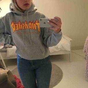 Äkta Trasher hoodie i storlek S (34-36), grå med bokstäver i eld. Säljer den då den inte kommer till användning. Köpt i butik i Umeå! Kontakta mig om ni har några frågor! Köparen står för frakt💜