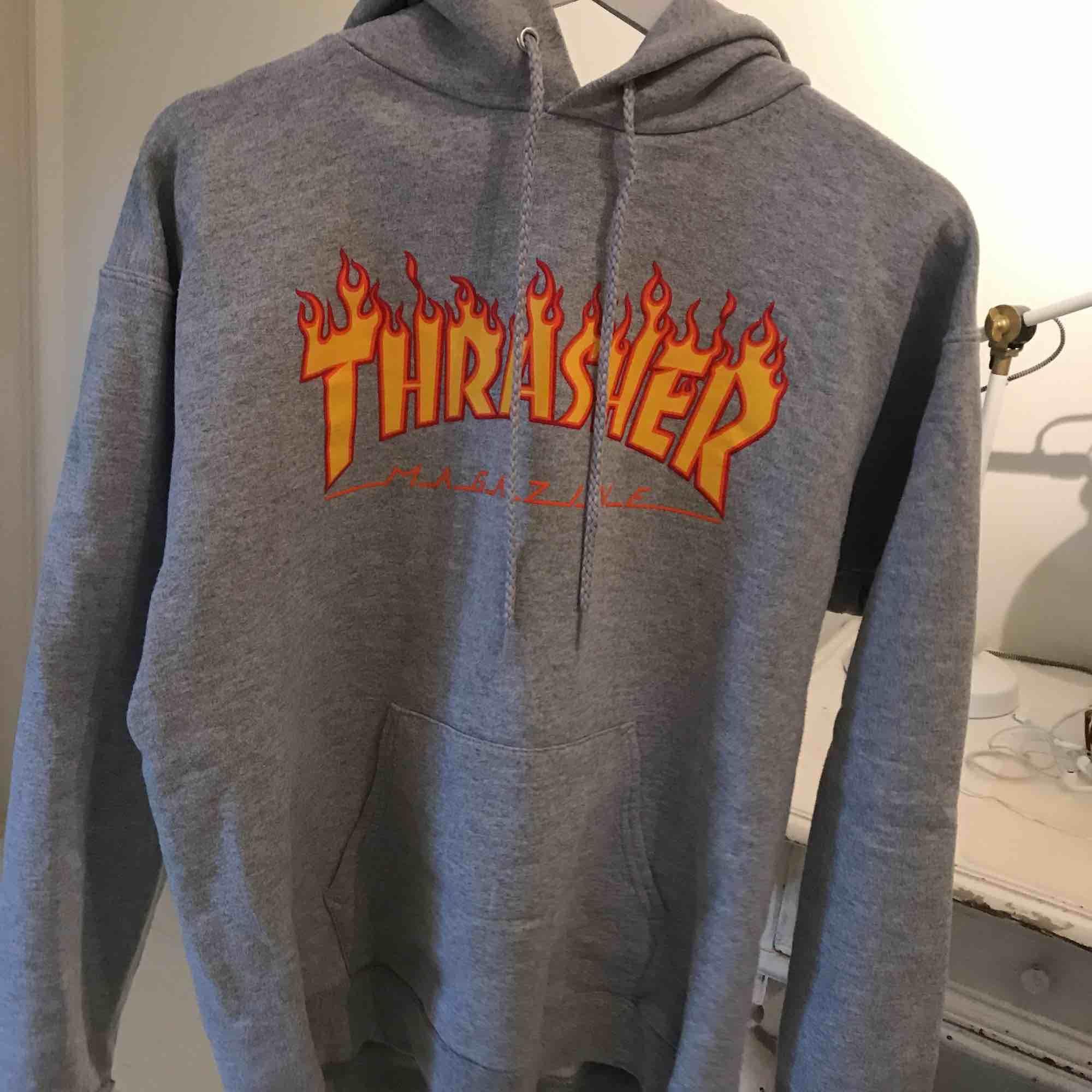 Äkta Trasher hoodie i storlek S (34-36), grå med bokstäver i eld. Säljer den då den inte kommer till användning. Köpt i butik i Umeå! Kontakta mig om ni har några frågor! Köparen står för frakt💜. Huvtröjor & Träningströjor.