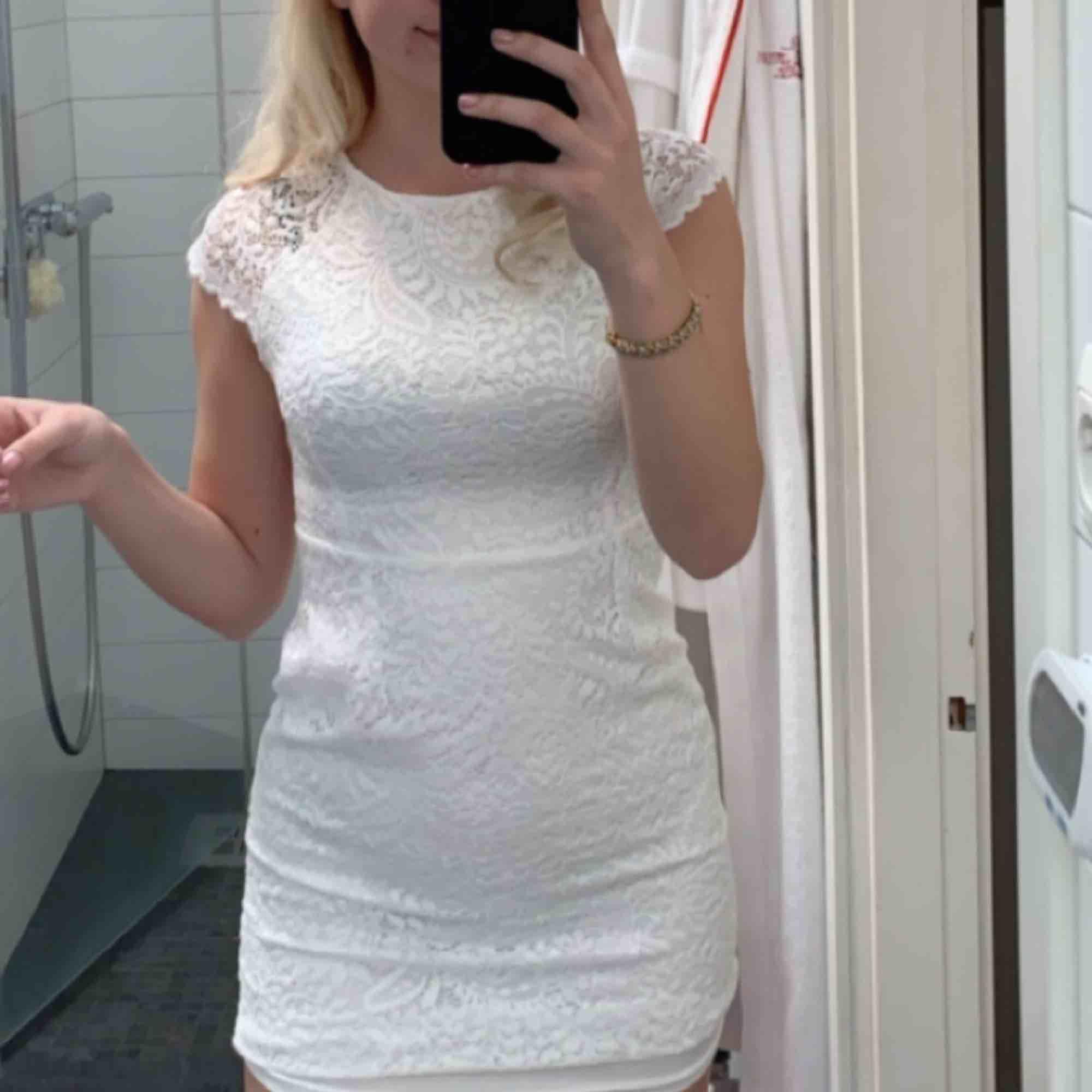 Säljer min snygga studentklänning från Only! Såå fin och skön!🤩den är tight men stretchig och lätt att röra sig i, använd endast på studenten. Köparen står för frakten. Klänningar.