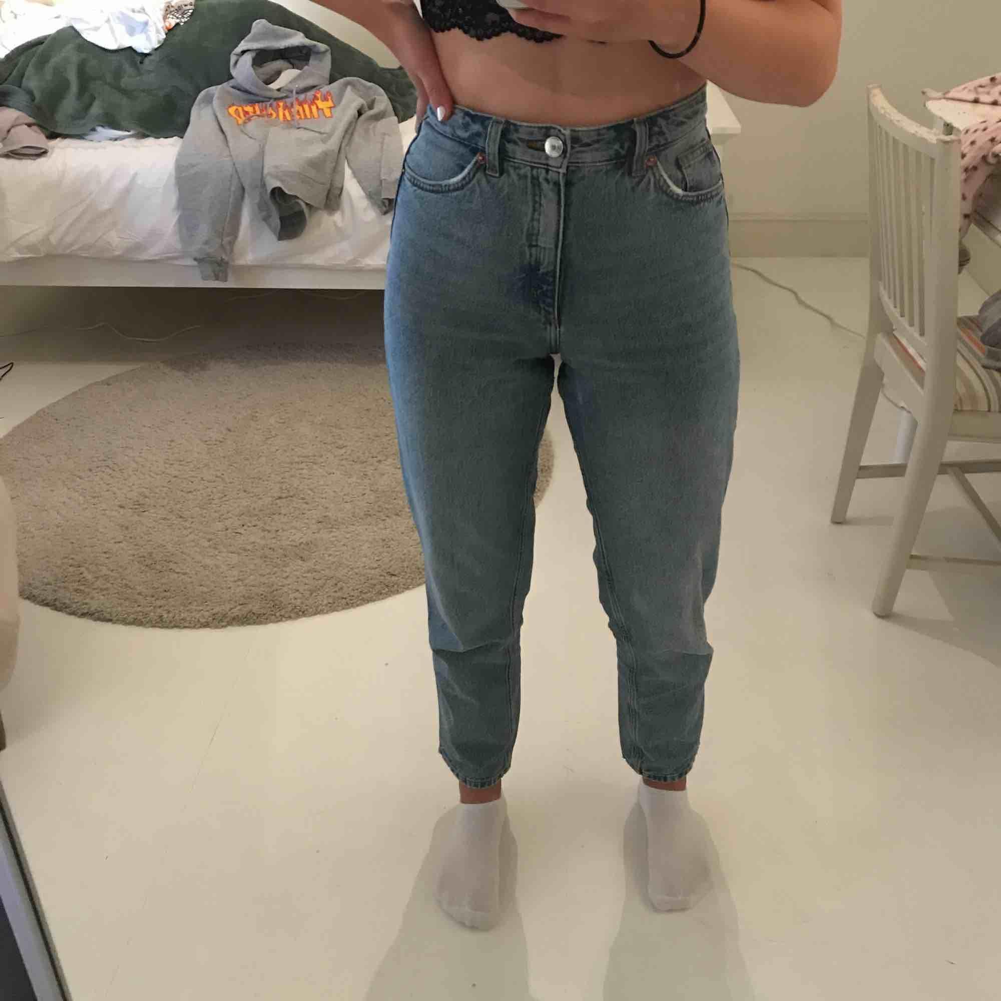 Sparsamt använda Mom jeans från Monki. Skitskönt material. Köparen står för frakt ❤️. Jeans & Byxor.