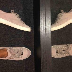 Supersnygga Michael kors sneakers! Dessa är i rosa mocka  och använda några gånger! Skorna är inte slitna eller trasiga, men använda, se bild :). Nypris är 1500kr :) Frakt står köparen för eller mötes i Stockholm:) Pris kan diskuteras vid snabb affär!!