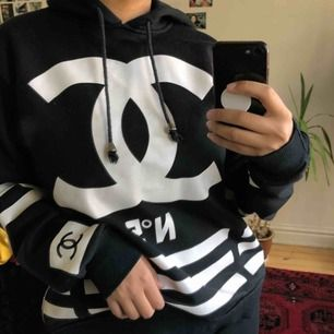 Chanel- dupe i bra kvalitet. Liten i storlek, skulle snarare säga att den är M. Möts upp i centrala Stockholm annars står köparen för frakt:).