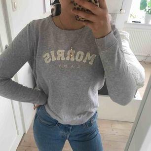 Grå Morris tröja, väldigt skön!! Köpt för 999 kr på Fribergs. Finns ett litet hål på armen men inget man tänker på.