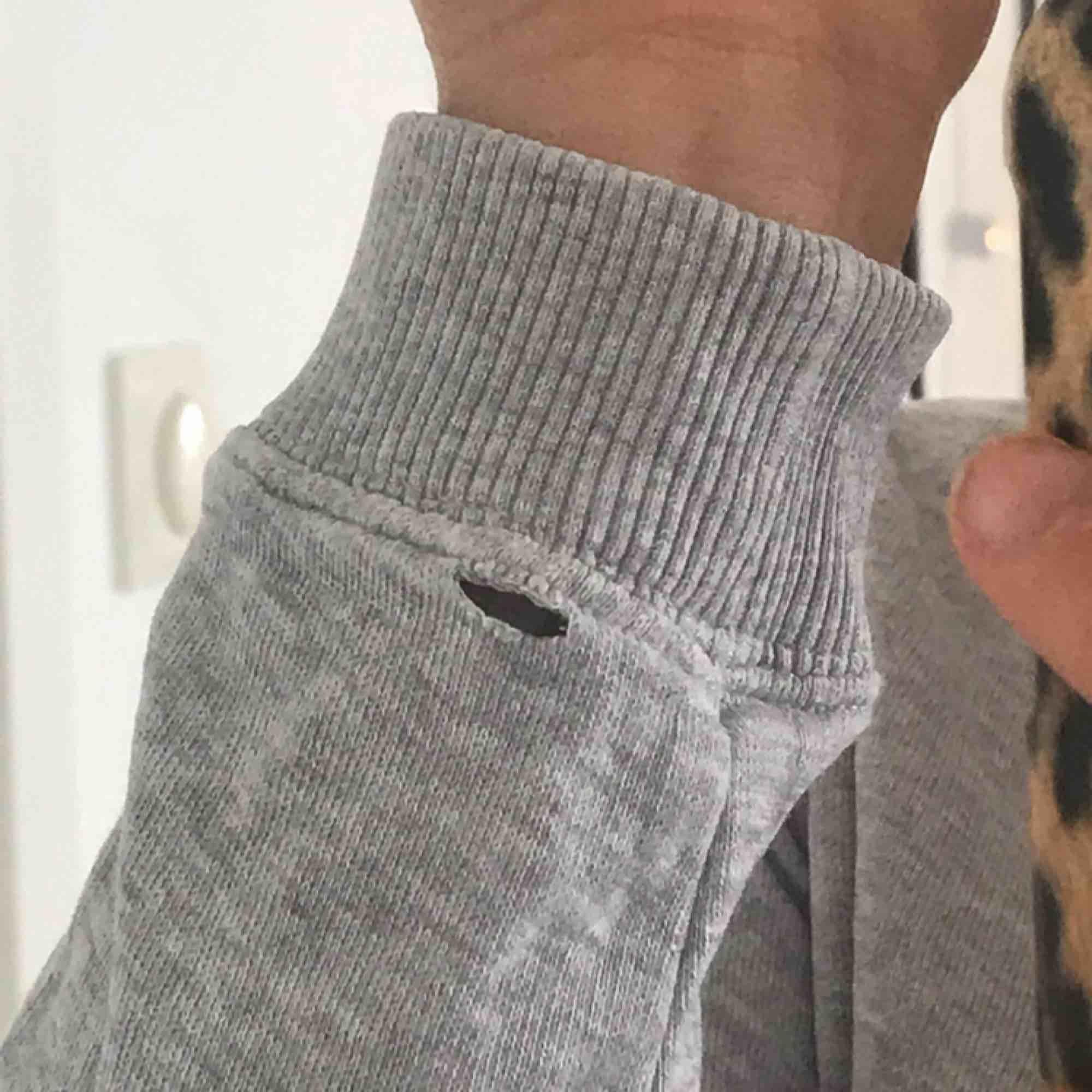 Grå Morris tröja, väldigt skön!! Köpt för 999 kr på Fribergs. Finns ett litet hål på armen men inget man tänker på. . Tröjor & Koftor.