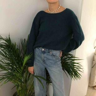 Säljer den här super snygga gröna stickade tröja från Linn Ahlborgs kollektion för na-kd. En snygg grön stickad tröja med djup urringning i ryggen som är perfekt till hösten! Storlek s men är oversized så passar de flesta. Frakt 30 kr💕