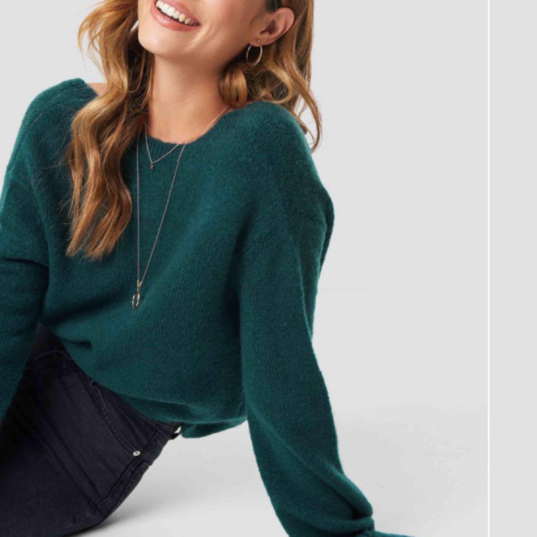Säljer den här super snygga gröna stickade tröja från Linn Ahlborgs kollektion för na-kd. En snygg grön stickad tröja med djup urringning i ryggen som är perfekt till hösten! Storlek s men är oversized så passar de flesta. Frakt 30 kr💕. Stickat.