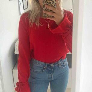 Jättefin stickad tröja från Nakd. Knytningar på armarna som man kan justera. Jättefin till ett par blåa jeans i höst!!! 😍
