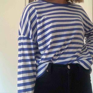 Super snygg långärmad blå vit randig tröja från bikbok.  Tröjan är använd fåtal gånger och i super bra Kommer tyvärr ej ihåg ny priset men skulle chansa på 150-200kr