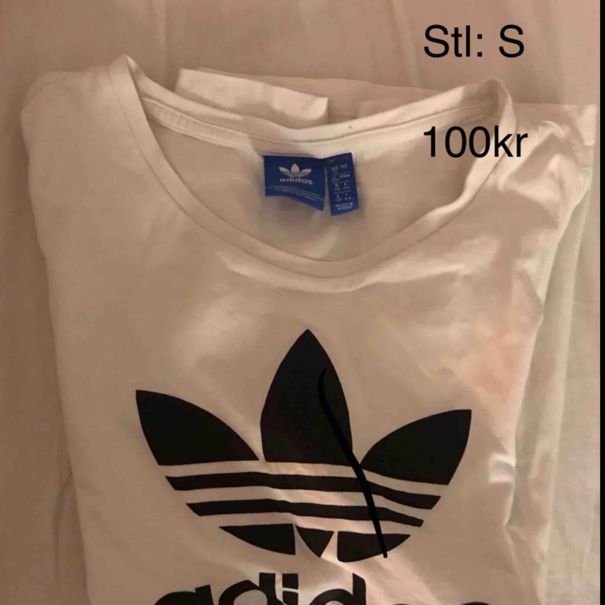 Adidas tröja i storlek S. Kan frakta men då står köparen för frakten. T-shirts.