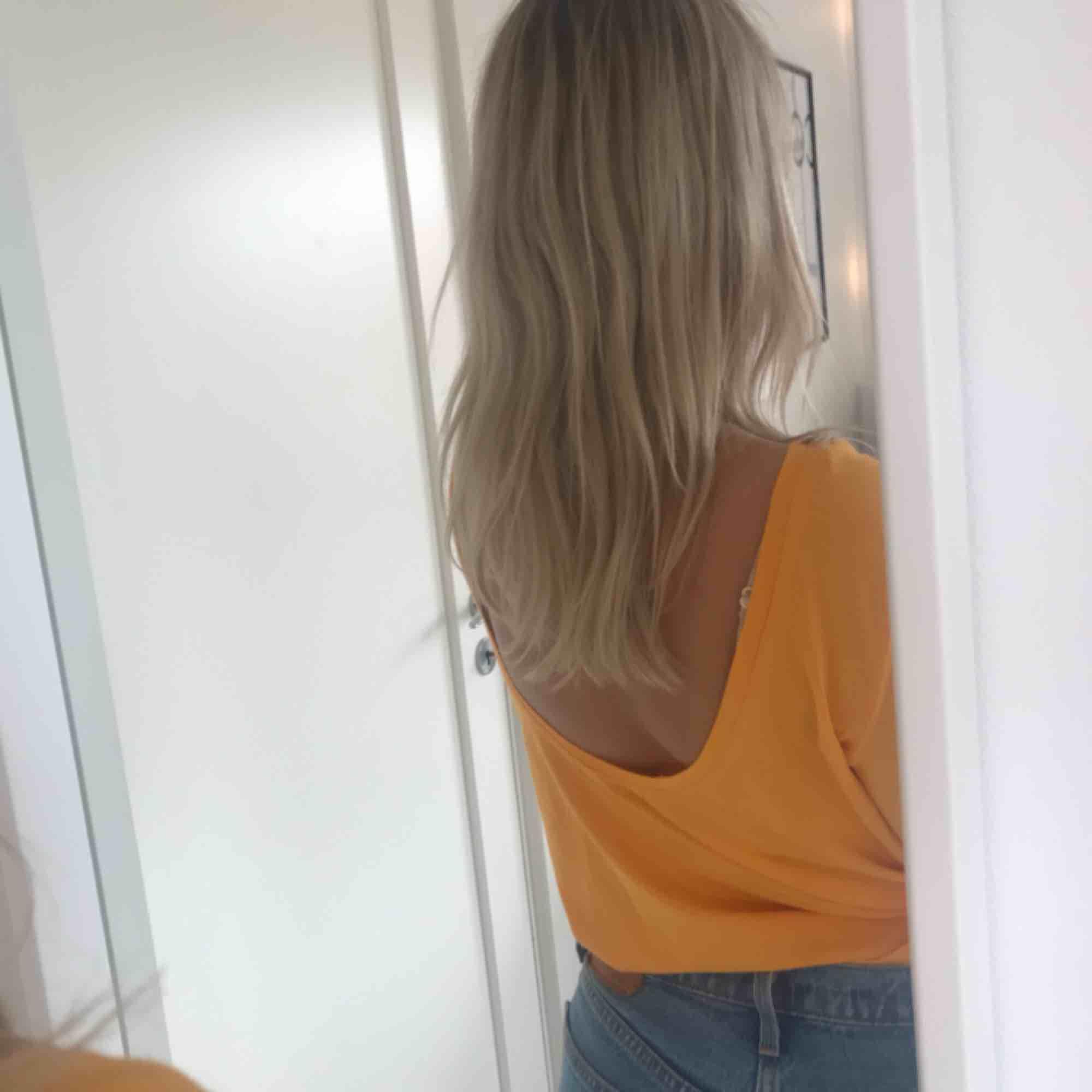 Helt oanvänd tröja från Nakd!! Endast prövad. Skitsnygg till hösten. Urringning på ryggen vilket blir jättesnyggt!!. Toppar.
