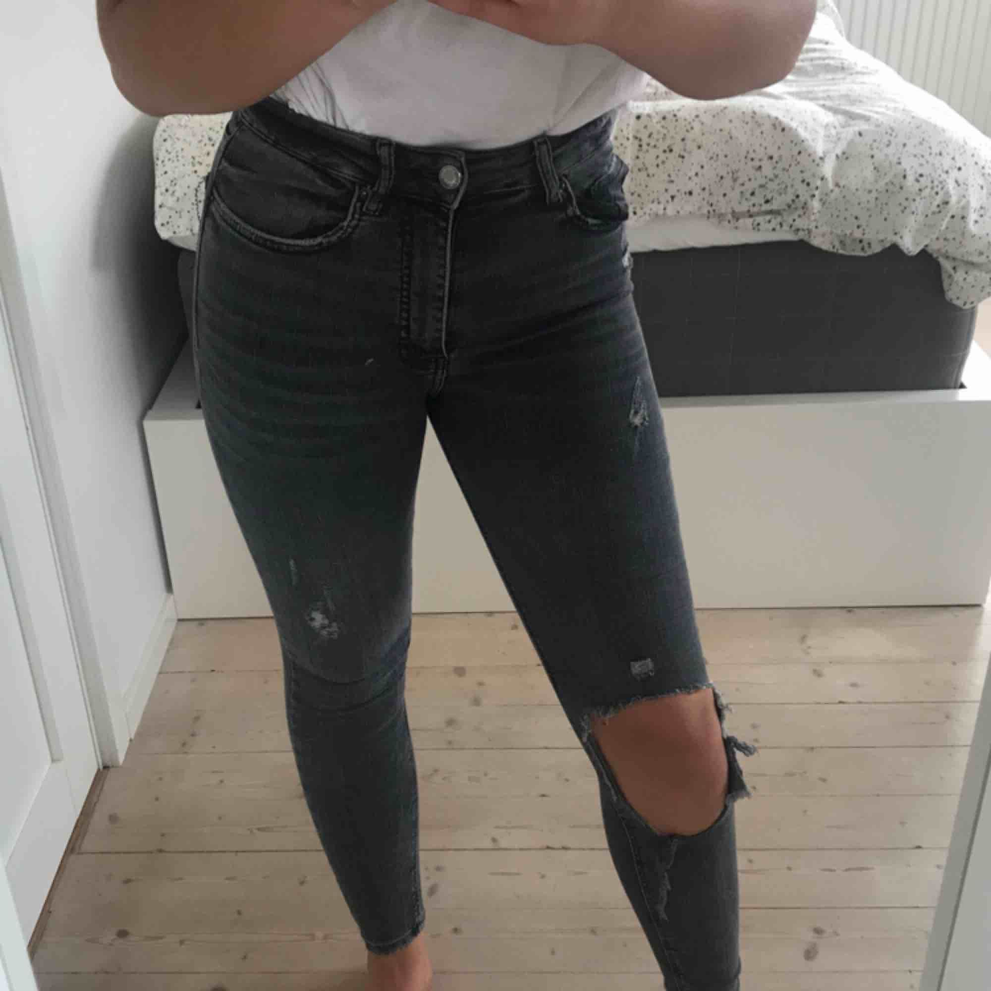 Jättesnygga jeans i grått. Från Zara. Tighta och sitter som en smäck. 2 styckna hål i jeansen tyvärr!. Jeans & Byxor.